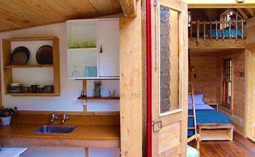 Кухонный уголок в маленьком дачном домике
