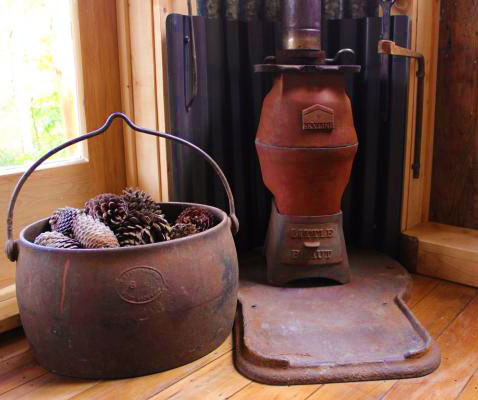 Чугунная печи в маленьком дачном домике