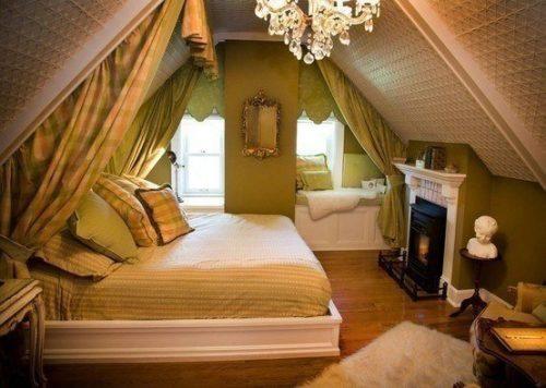Зеленый интерьер спальни - вариант в мансарде