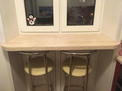 Современная идея дизайна маленькой кухни - обеденный стол из подоконника