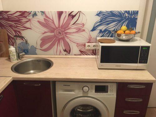 Современная идея дизайна маленькой кухни - стиральная машина и микроволновка