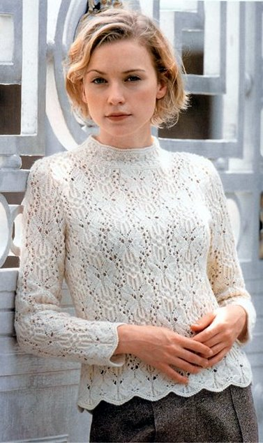 Белый пуловер спицами с узором бабочки